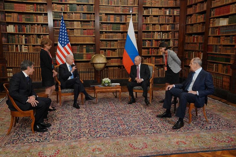 Presiden AS Joe Biden (kiri tengah) dan Presiden Rusia Vladimir Putin (kanan tengah) di Jenewa, Swiss, 16 Juni 2021 dari Gedung Putih Facebook