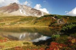 大雪山旭岳と鏡池=北海道東川町提供