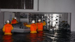 浸水したマンションで救出作業をする消防隊員ら=東京都杉並区で2005年9月5日午前0時26分、米田堅持撮影