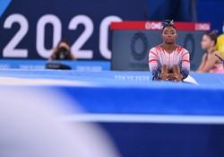 種目別の平均台の練習中、遠くを見つめる米国のシモーン・バイルス選手=有明体操競技場で2021年8月3日、宮間俊樹撮影