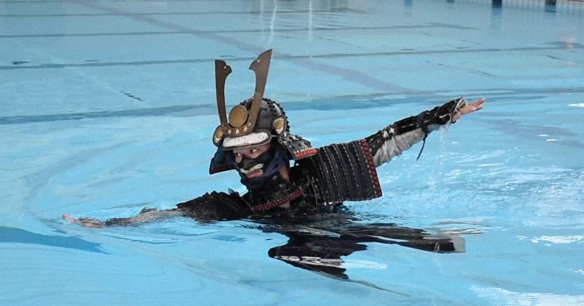 伝統泳法「小堀流踏水術」を披露 泳ぎながら筆で文字も 熊本