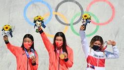東京五輪では日本の金メダル獲得が話題となった。写真はスケートボード女子パークで金メダルの四十住さくら選手(中央)ら=東京・有明アーバンスポーツパークで2021年8月4日、宮間俊樹撮影