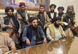 アフガニスタンの大統領府に入ったタリバンの戦闘員ら=カブールで2021年8月15日、AP