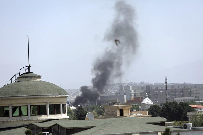 Asap hitam mengepul dari sebuah gedung dekat Kedutaan Besar AS di Kabul, ibu kota Afghanistan.  = AP di Kabul, 15 Agustus 2021