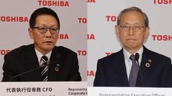 オンラインで4~6月期決算を発表する東芝の綱川智社長(右)と平田政善専務(左)=2021年8月12日(いずれも東芝提供)