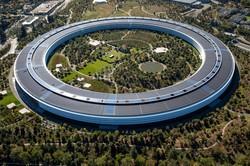 スティーブ・ジョブズ氏が主導したアップル本社「アップルパーク」 (Bloomberg)
