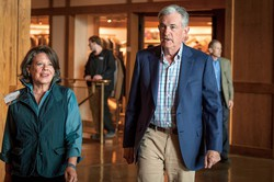 ジャクソンホール会議の夕食会に向かうパウエルFRB議長(右)。今年は2年ぶりに対面方式で開催される(2019年8月、米ワイオミング州で) (Bloomberg)