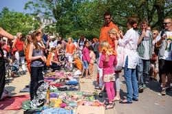 オランダの「キングス・デー」では、子どもが価格交渉をする一場面も VLIET