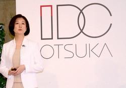 デザインを一新したロゴを前に、販売戦略を語る大塚家具の大塚久美子社長(当時)=東京都新宿区で2015年7月、岡大介撮影