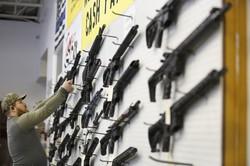 ライフル銃が並ぶ米ユタ州の店舗 Bloomberg