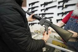 米ユタ州の店舗でライフル銃を選ぶ顧客 Bloomberg