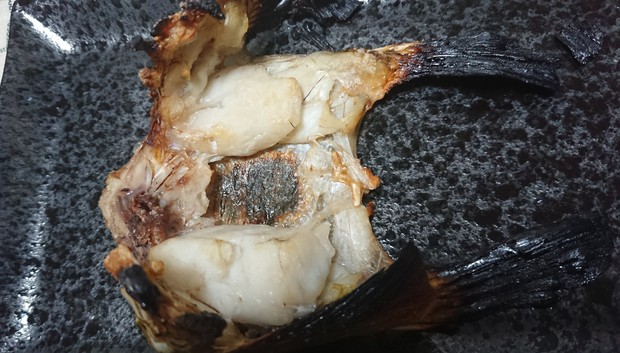 マゴチのかまの塩焼き。これを味わえるのは釣り人の特権だ