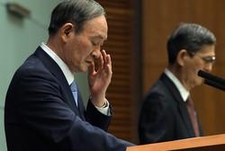 新型コロナウイルス感染症対策本部の会合後、記者会見する菅義偉首相(左)=首相官邸で2021年8月17日、竹内幹撮影