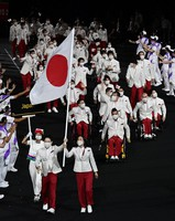 Members of the Japanese delegation enter the venue with flagbearers Koyo Iwabuchi, left, and Mami Tani, right at the front, during the opening ceremony of the Summer Paralympic Games, at the Japan National Stadium in Tokyo's Shinjuku Ward on Aug. 24, 2021. (Mainichi/Tatsuya Fujii)