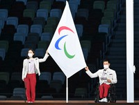 Wheelchair tennis player Shingo Kunieda, right, and goalball player Rie Urata make a pledge for fair play during the opening ceremony of the Summer Paralympic Games, at the Japan National Stadium in Tokyo's Shinjuku Ward on Aug. 24, 2021. (Mainichi/Toshiki Miyama)
