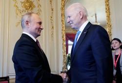 首脳会談で握手を交わすバイデン米大統領(右)とプーチン露大統領=ジュネーブで2021年6月16日、AP