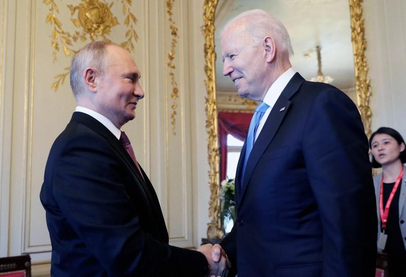 Presiden AS Joe Biden (kanan) dan Presiden Rusia Vladimir Putin = Jenewa berjabat tangan di KTT pada 16 Juni 2021 AP