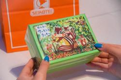 リスのイラストと色鮮やかなボックスのパッケージ