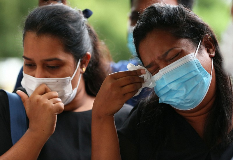 Wanita Sri Lanka, Wishma Sandamari, meninggal, dan setelah menonton bagian dari video Biro Imigrasi, saudara perempuannya Wayumi (kanan) dan Paul Nima, yang menitikkan air mata menanggapi wawancara tersebut, pada tahun 2021 di Chiyoda-ku, Tokyo.Diambil oleh Masahiro Ogawa pada 12 Agustus