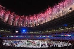 全選手団が入場し、花火が上がった東京オリンピックの開会式=東京都新宿区の国立競技場で2021年7月23日、久保玲撮影