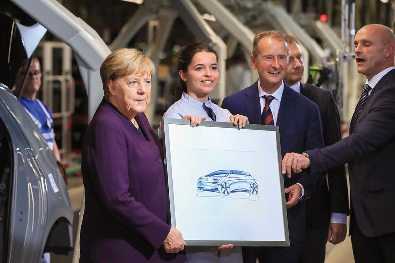 独VWのEV工場を訪れたメルケル首相(左)とヘルベルト・ディースVW会長(右から2人目) (Bloomberg)