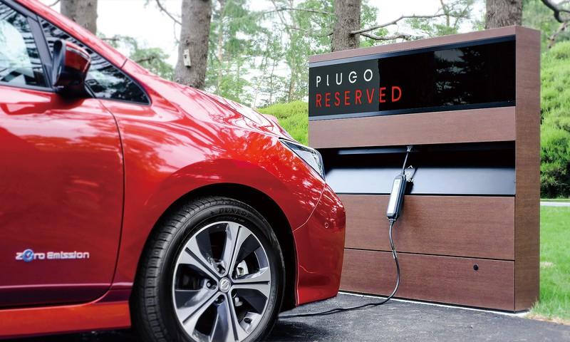 木のぬくもりを感じさせる落ち着いたデザインは従来の充電器のイメージとは一線を画す プラゴ提供