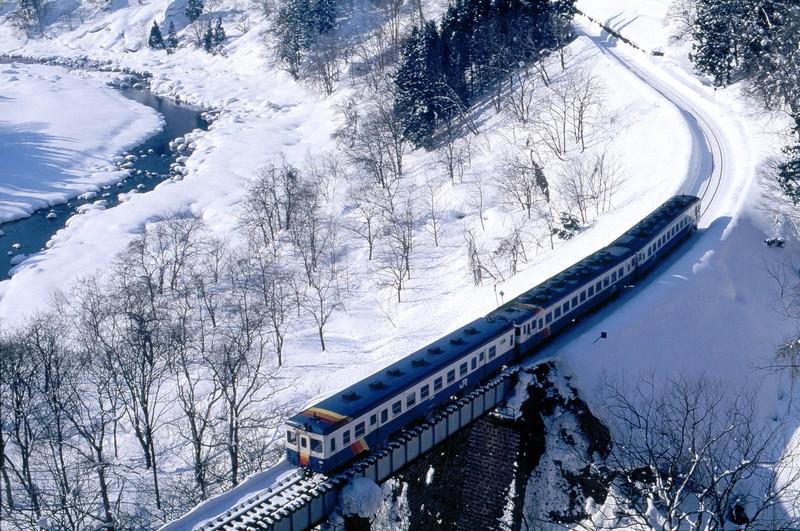 最初に飯山線を訪れた1996年当時は、キハ52形やキハ58系といった旧型の気動車が活躍していた=長野県の飯山線・横倉-森宮野原間で1996年1月、金盛正樹撮影
