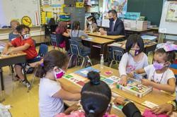 対面授業を受ける生徒たち。中央奥はニューサム・カリフォルニア州知事=同州オークランドで2021年8月11日、AP