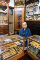 Mitsusaburo Minekawa, the great-grandfather of Yutaka Saito, head of traditional boxwood comb shop Yonoya Kushiho, is seen at the age of 82 in this photo taken from the Mainichi Graphic's Nov. 25, 1973 edition. The shop currently remains as it was at the time of the photo. (Mainichi/Taro Nakamura)