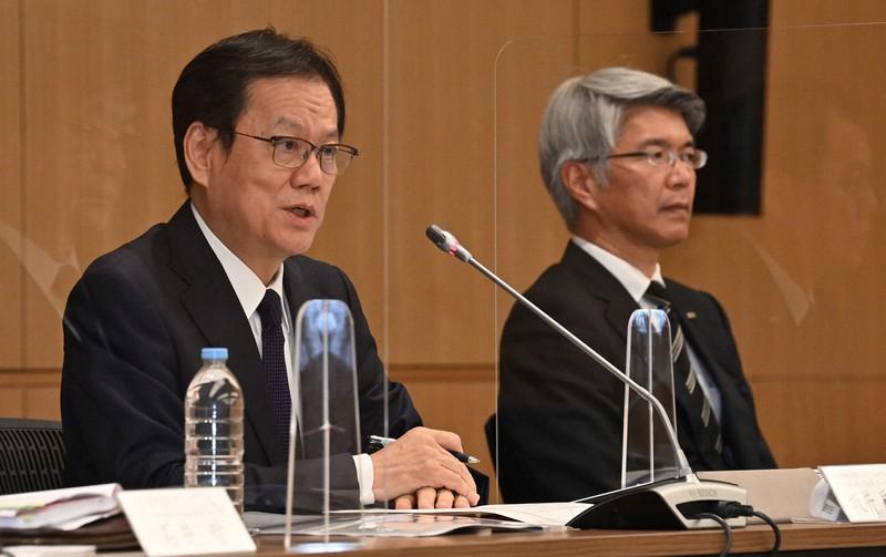 Tatsufumi Sakai, Presiden Mizuho Financial Group (kiri) dan Koji Fujiwara, Presiden Mizuho Bank = Takehiko Onishi, 20 Agustus 2021 di Chiyoda-ku, Tokyo
