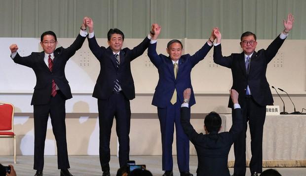 菅義偉氏を選出した昨年の自民党総裁選。壇上に並んだ(左から)岸田文雄氏、安倍晋三氏、菅氏、石破茂氏(東京都内のホテルで2020年9月14日)