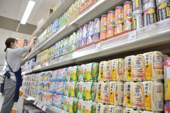 量販店には、さまざまな種類のノンアルコール飲料がずらりと並ぶ=福岡県粕屋町のミスターマックス粕屋店で2021年6月16日、久野洋撮影