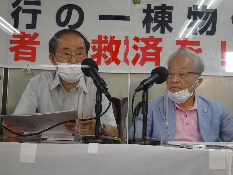 シェアハウス問題で記者会見する河合弘之弁護士(右)ら=東京都千代田区で2021年8月31日、今沢真撮影
