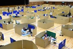 段ボールで仕切られた避難所の体育館で過ごす人たち=熊本県八代市で2020年7月7日午後4時12分、徳野仁子撮影
