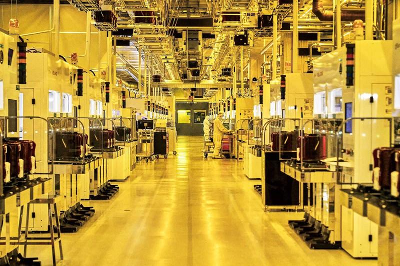 製造装置が並んだ半導体工場の内部 (Bloomberg)