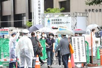 People head to a state-run mass coronavirus vaccination center in Tokyo's Chiyoda Ward on June 17, 2021. (Mainichi)