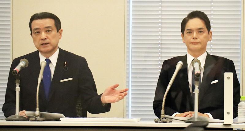 横浜市長選で当選した山中竹春氏(右)を紹介する江田憲司氏=2021年6月29日撮影、江田憲司事務所提供