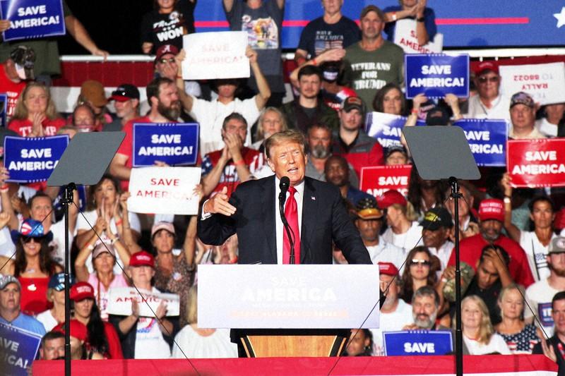 演説でバイデン大統領と民主党の批判を繰り広げるトランプ氏=米南部アラバマ州カルマンで2021年8月21日、古本陽荘撮影