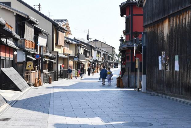 かつては外国人観光客らであふれていた京都の花見小路も人通りは少なく=京都市東山区で2020年4月4日、川平愛撮影