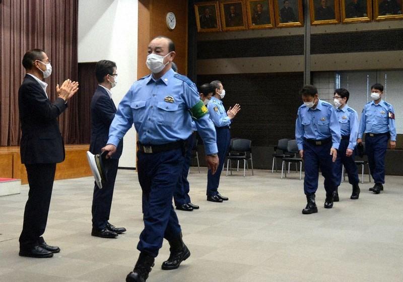 パラリンピック警備を終え、離京式で警視庁幹部から拍手で見送られる特別派遣部隊の幹部ら=千代田区で
