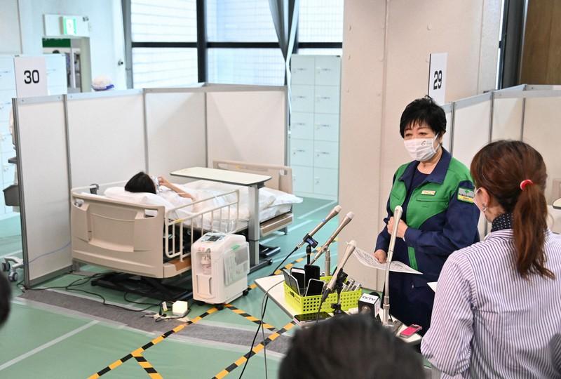 自宅療養者のうち酸素投与が必要となった人のための「酸素投与ステーション」を視察後、取材に応じる東京都の小池百合子知事(右奥)=東京都渋谷区で2021年8月21日、宮間俊樹撮影