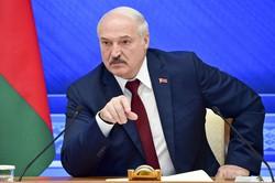 大統領選から1年に合わせて記者会見を開催し、市民への「弾圧」を否定したベラルーシのルカシェンコ大統領=ミンスクで2021年8月9日、AP