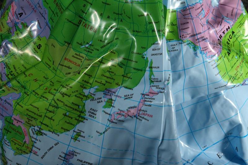 中国と米国に挟まれた日本。地図の見え方は?
