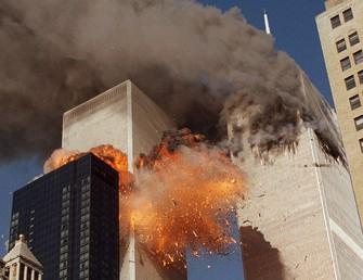 2機目が突っ込み、炎を上げる世界貿易センタービル=2001年9月11日、AP