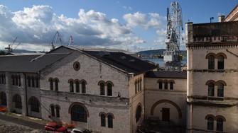 港に面したトリエステ港湾局の建物=イタリア北東部トリエステで2021年7月9日、横山三加子撮影
