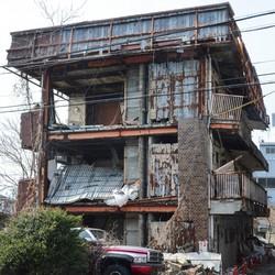 外壁がはがれ落ちるなど危険な状態となっていた滋賀県野洲市のマンション(2019年2月)