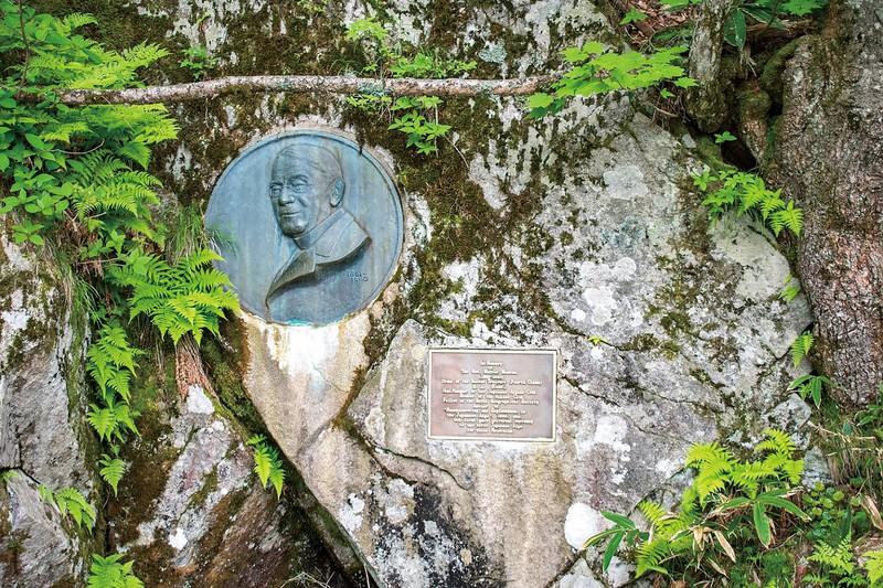 ウェストンのレリーフが埋め込まれている、世界一新しい滝谷花崗閃緑岩 上高地観光旅館組合提供