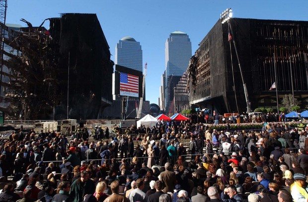 同時多発テロからおよそ1カ月後、グラウンド・ゼロに集まった人々 Bloomberg
