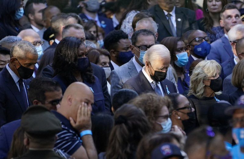 米同時多発テロの追悼式典に出席した(中央左から)オバマ元大統領、ミシェル夫人、バイデン大統領、ジル夫人=ニューヨークで2021年9月11日、AP