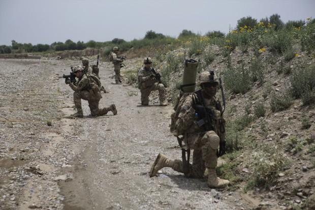アフガニスタンでパトロール活動をする米兵 Bloomberg
